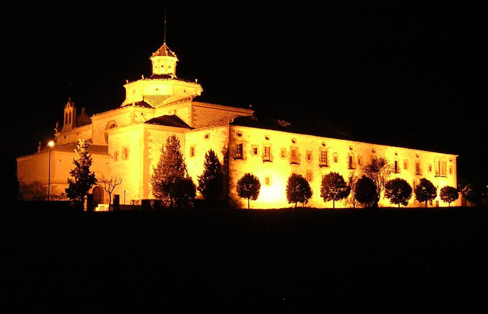 Vista nocturna e iluminada del Santuario San Ramón